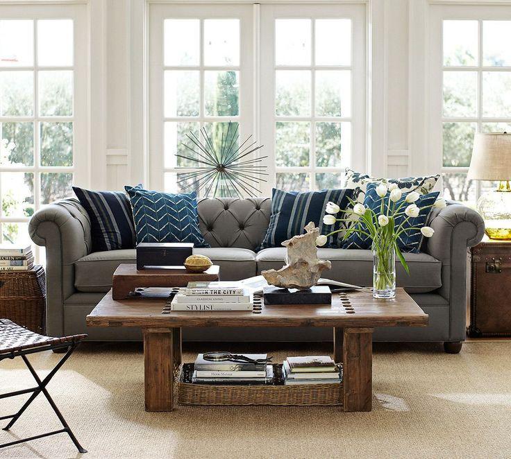 Sala com almofadas azuis em destaque