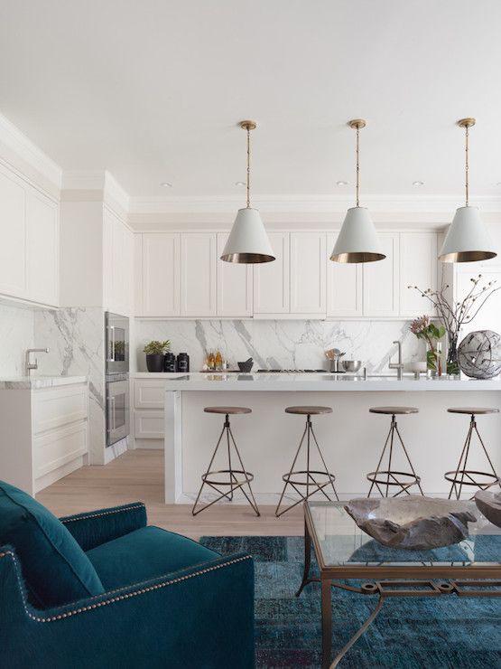 Sala com cozinha integrada e cartela de cor azul