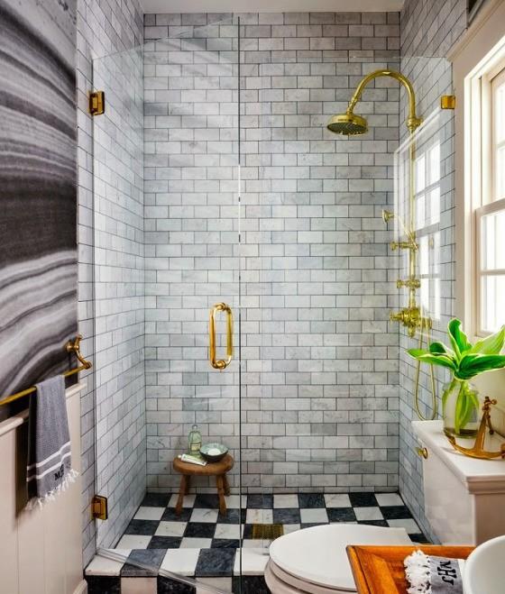 Banheiro com acabamentos em ouro